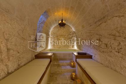Grotto with swimming pool and chromotherapy