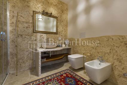 Bathroom with shower in the grotto